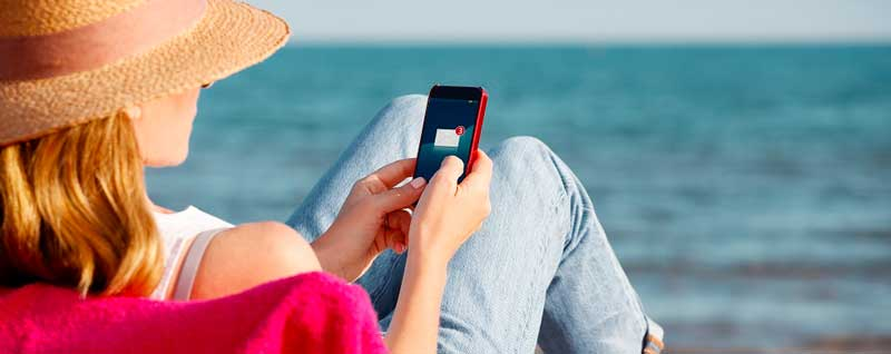 5 zasad bezpiecznego korzystania ze smartfona na urlopie